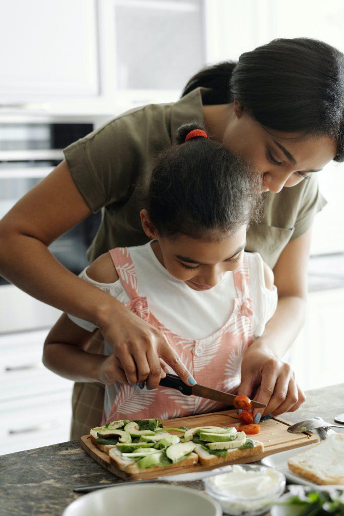 mamma e figlia cucina femminista